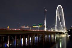 Красивый мост холма охоты Маргарета на ноче стоковые изображения