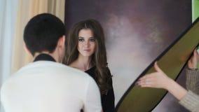 Красивый модельный представлять на photosession в студии сток-видео