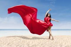Красивый модельный представлять с красным платьем Стоковое Фото