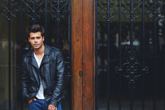 Красивый модный мужчина в trendily одежде представляя outdoors в городе Стоковая Фотография RF