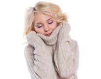 Красивый, молодая женщина в теплом свитере стоковое фото