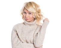 Красивый, молодая женщина в теплом свитере Стоковая Фотография RF