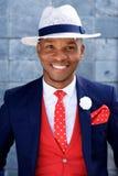 Красивый молодой африканский человек в костюме и шляпе Стоковые Фотографии RF