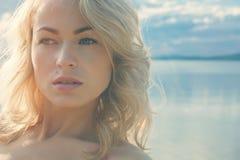 Красивый молодой белокурый женщины портрет outdoors около озера Стоковые Фото