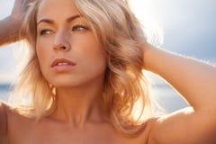 Красивый молодой белокурый женщины портрет outdoors около озера Стоковое Фото