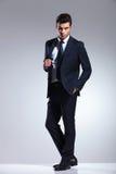 Красивый молодой бизнесмен вытягивая его куртку Стоковая Фотография RF