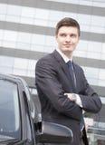 Красивый молодой бизнесмен около его автомобиля Стоковое Изображение RF