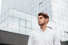 Красивый молодой бизнесмен стоя близко деловый центр Стоковое Изображение RF