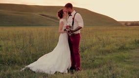 Красивый молодой жених и невеста пар стоя внутри акции видеоматериалы