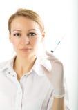 Красивый молодой женский доктор в медицинской мантии и Стоковая Фотография RF