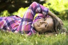 Красивый молодой женский усмехаться стоковая фотография rf