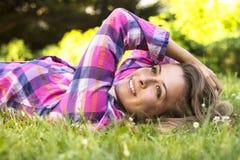 Красивый молодой женский усмехаться стоковые фото