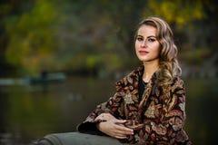 Красивый молодой женщины портрет outdoors около озера Стоковые Изображения