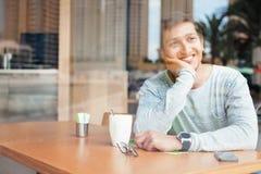 Красивый молодой индийский человек ослабляя в кафе стоковое фото rf