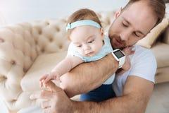 Красивый молодой отец забавляя его девушку малыша дома Стоковая Фотография RF