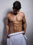 Красивый молодой показ культуриста его тела пригонки стоковое фото rf