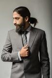 Красивый молодой представлять бизнесмена Стоковые Фотографии RF