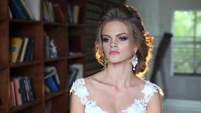 Красивый молодой представлять невесты видеоматериал