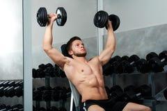 Красивый молодой спортсмен разрабатывая на спортзале Стоковое фото RF