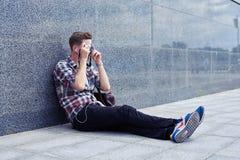 Красивый молодой фотограф отдыхая в центре города принимая wi фото Стоковые Фотографии RF