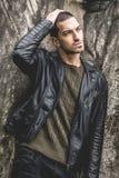 Красивый молодой холодный человек с рукой на голове стоковая фотография rf