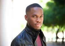 Красивый молодой чернокожий человек представляя снаружи стоковое изображение