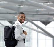 Красивый молодой чернокожий человек усмехаясь с сумкой Стоковое фото RF