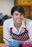 Красивый молодой человек в кухне стоковые фото