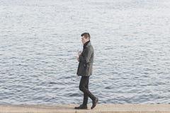 Красивый молодой человек в пальто Стоковые Фотографии RF