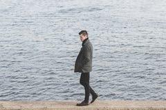 Красивый молодой человек в пальто Стоковые Фото