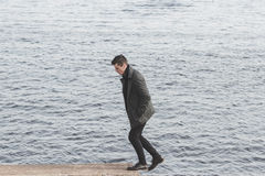 Красивый молодой человек в пальто Стоковое фото RF