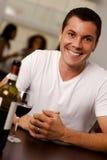 Красивый молодой человек в ресторане Стоковое Фото