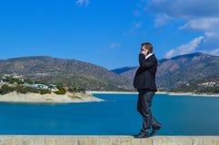 Красивый молодой человек говоря на мобильном телефоне Стоковые Фотографии RF