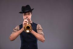 Красивый молодой человек джаза стоковое изображение rf