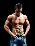 Красивый молодой человек мышцы нагой носящ только джинсы и солнечные очки Стоковые Изображения RF