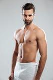 Красивый молодой человек одетый в полотенце Стоковое Изображение RF