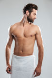 Красивый молодой человек одетый в полотенце Стоковые Фотографии RF