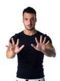 Красивый молодой человек подсчитывая до 10 с пальцами и руками Стоковые Изображения