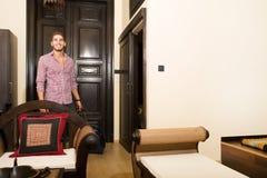 Красивый молодой человек приезжая к гостинице Стоковая Фотография RF