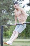 Красивый молодой человек при совершенно видно мышцы делая exerci стоковое фото rf