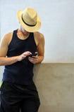 Красивый молодой человек путешествуя на Киото и смотря его мобильный телефон Стоковое фото RF