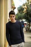 Красивый молодой человек стоя в европейской улице города Стоковые Изображения