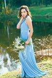 Красивый молодой bridesmaid с вьющиеся волосы Стоковое Изображение