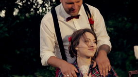 Красивый молодой groom невесты пар греет холодную сток-видео