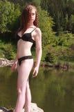 Красивый молодой redhead представляя в черном бикини Стоковая Фотография RF