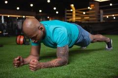 Красивый мужской африканский спортсмен разрабатывая на спортзале стоковая фотография