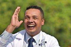 Красивый мужской доктор Laughing стоковое изображение rf