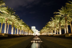 Красивый музей исламского искусства в Дохе, Катаре на ноче стоковые изображения rf