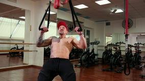 Красивый, мышечный атлетический человек затягивает на веревочках смертной казни через повешение, увеличивая мышцы акции видеоматериалы