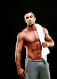 Красивый мышечный человек держа полотенце стоковые изображения rf